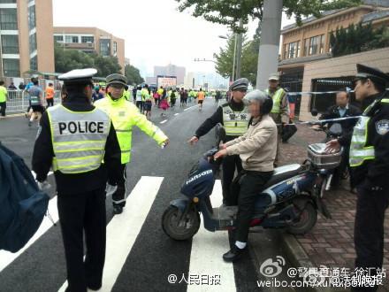上海马拉松赛老伯欲穿赛道:接老婆晚了我有危险