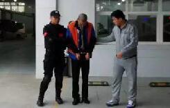 大众4S店员疯狂围殴民警:踹倒在地再掐脖(图)