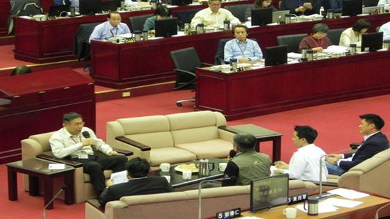 柯文哲坐沙发回答议员质询 开首长备询先河(图)
