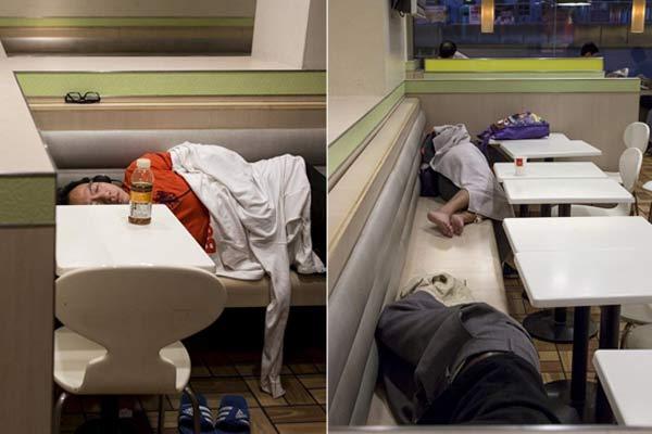 """香港的""""麦当劳难民"""" 借宿者不乏年轻人"""