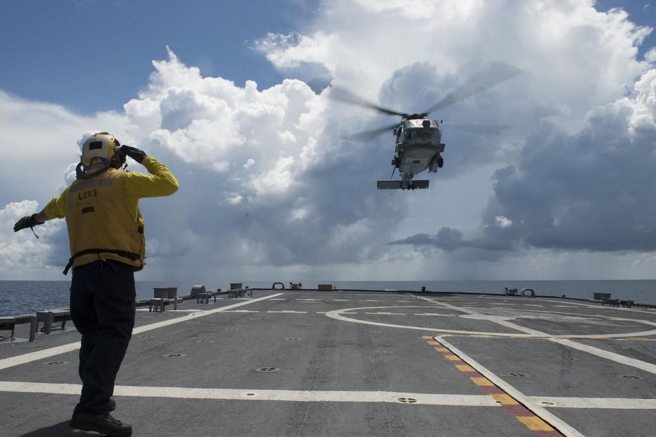 """10月10日,美国海军""""沃斯堡号""""(LCS-3)濒海战斗舰在南海进行舰载直升机起降训练。"""