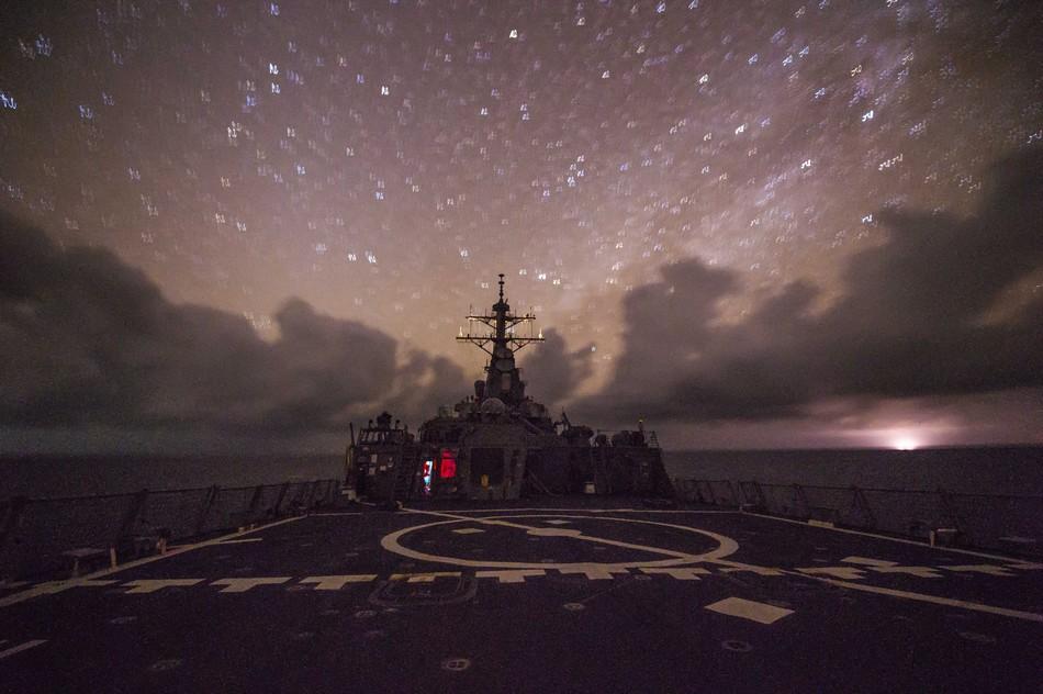 """图为11月11日""""菲茨杰拉德号""""驱逐舰在南海航行画面,美军称该舰正在执行美国海军第7舰队区域的巡航任务。"""