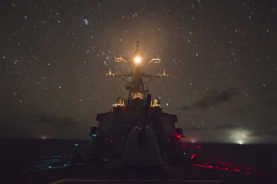 """美国《国会山报》11月13日消息称,美国上周末派遣两架B-52轰炸机飞近中国南海岛礁,明显意在挑战中国对该海域的领土主张。除了B-52轰炸机外,美国海军多艘军舰也在南海徘徊,美国海军太平洋舰队近日就公布了美舰在南海活动的最新情况。图为11月11日夜间美军导弹驱逐舰""""菲茨杰拉德号""""(DDG62)在南海航行画面。"""