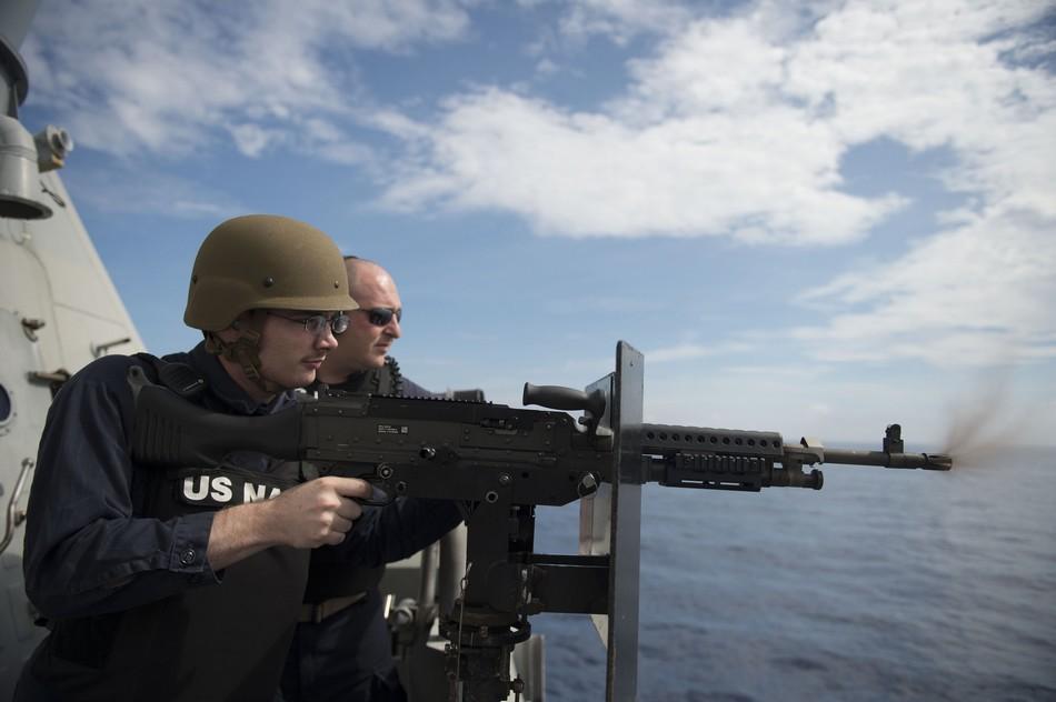 """10月10日,美国海军""""沃斯堡号""""(LCS-3)濒海战斗舰上的士兵在舰上进行射击演示。"""