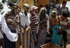 印尼少数民族挖掘亲人尸体打扮求好运