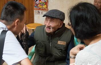 志愿者为103岁南京保卫战老兵祝寿