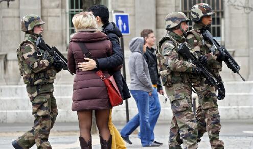 密集持枪巡逻!法国恐怖袭击之后的街头
