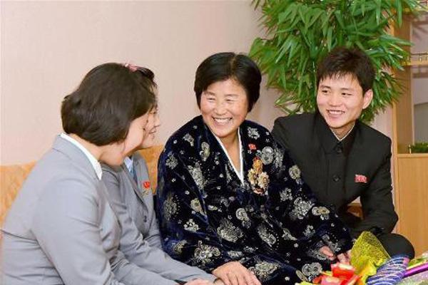 朝鲜民众庆祝母亲节
