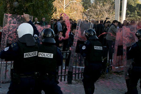 科索沃再陷催泪弹冲突 议会内外打成一片