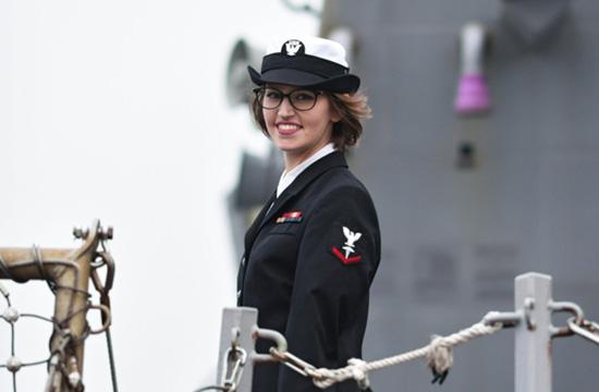美军访华宙斯盾舰女兵展露微笑