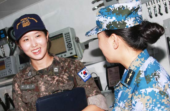 中韩海军联合演练女兵互相交流