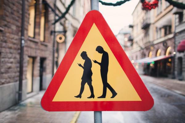 """瑞典艺术家私设特殊道路标识牌警示""""低头族"""""""