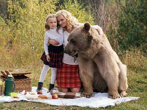 野餐版真人与野兽:名模带萌娃与巨熊美女美女紧身裤裆图片
