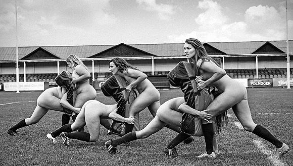 牛津大学女子橄榄球队拍摄全裸日历为慈善筹款