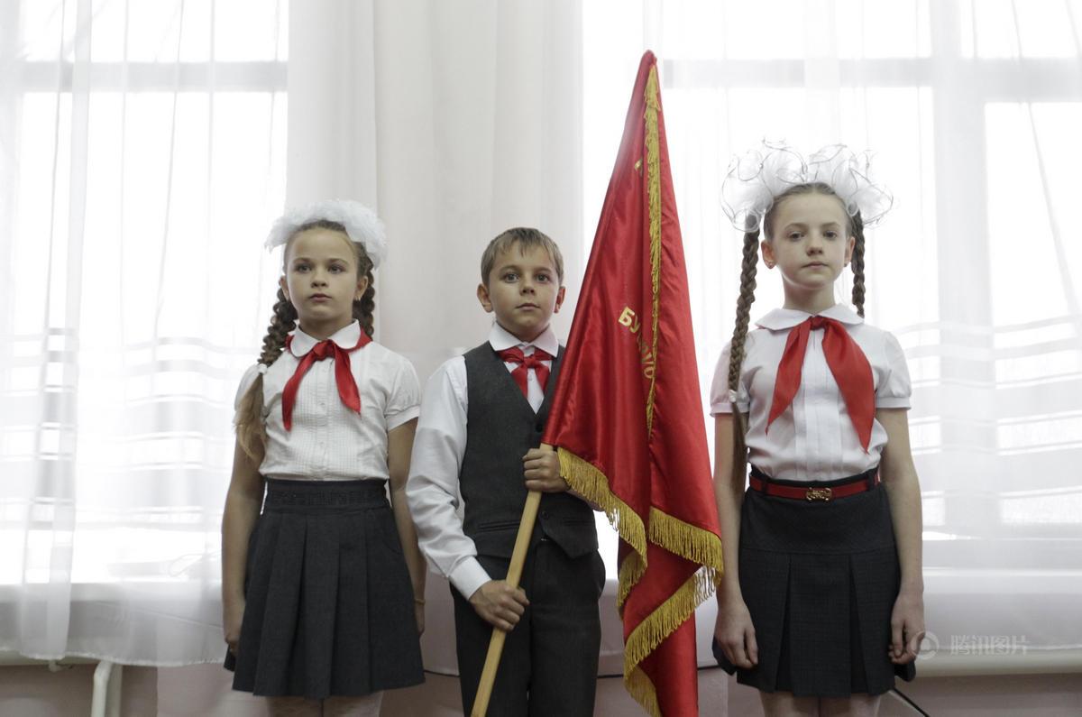 俄罗斯一所学校举行少先队入队仪式