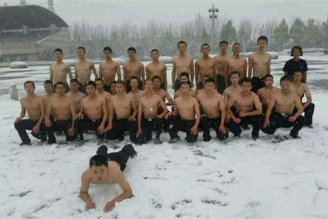 公安大学男生雪中半裸训练 女生训练夺人眼球