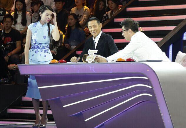 不难发现,在《传承者》节目中,主持人栗坤的服装与以往她主持节目时的