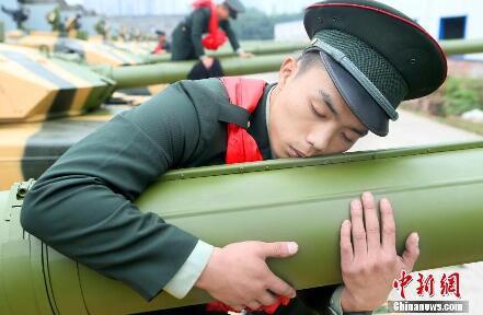 老兵退役吻别铁甲战友 依依惜别场面感人(图)