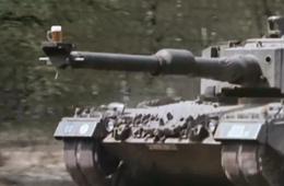 豹2坦克端满满一杯啤酒狂奔一滴未洒