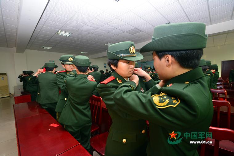 武警四川总队举行2015年度女新兵宣誓授衔仪式