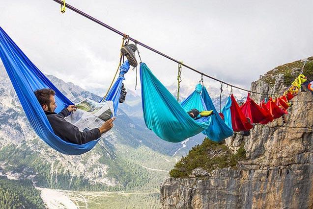 冒险爱好者高空绳索吊床上淡定休息