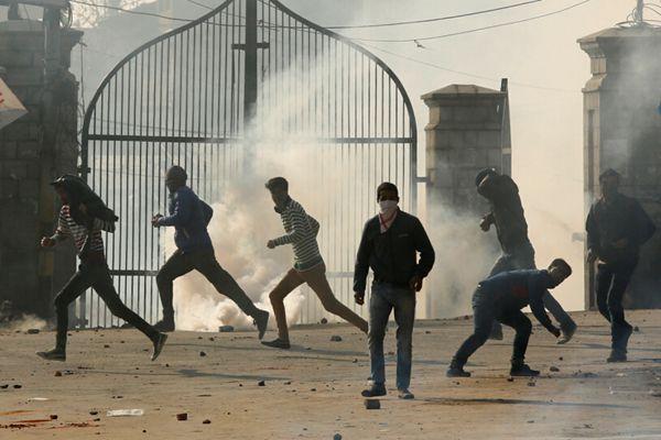 克什米尔示威者与印度警察冲突场面激烈