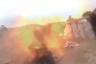 叙利亚叛军在录制视频时被炮弹炸碎