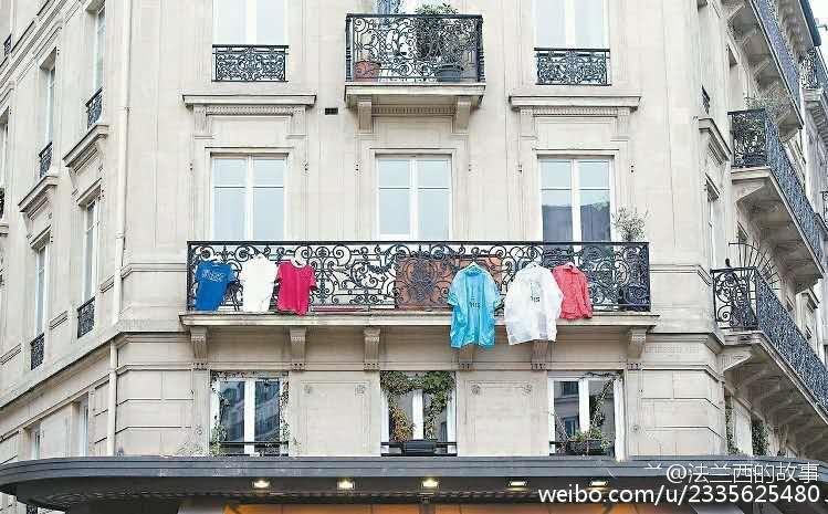 悼念恐袭逝者致国旗脱销 法国人挂出各式三色旗