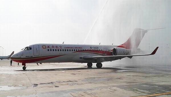 首架ARJ21成功交付过水门庆功