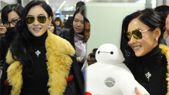 张柏芝现身机场与粉丝玩自拍 自曝追求者多