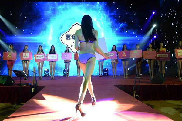 济南:女生穿泳装秀性感长腿 台上风光台下坐地板