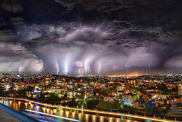 澳极端天气频发 雷暴场面惊心动魄