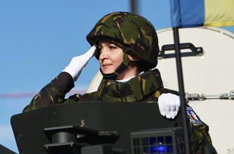 罗马尼亚女兵战车上敬礼受阅