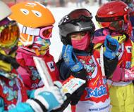 国际儿童滑雪节 大风低温挡不住滑雪热情(图)