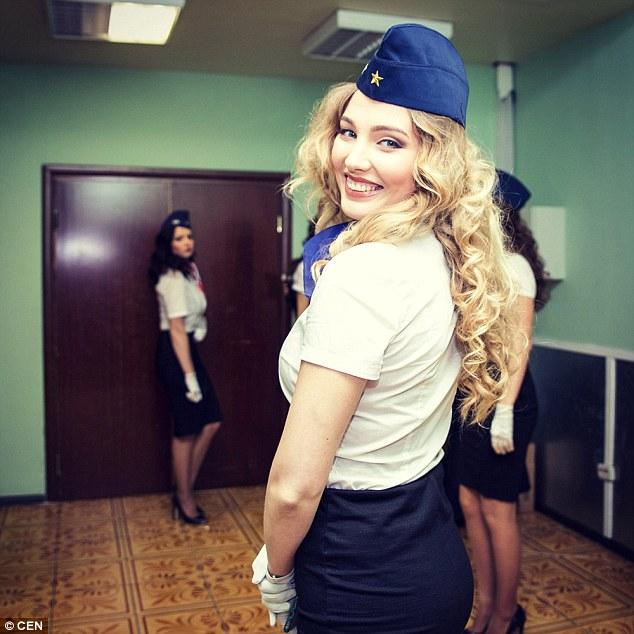 俄金融专业女大学生投身航空业获最佳空姐称号