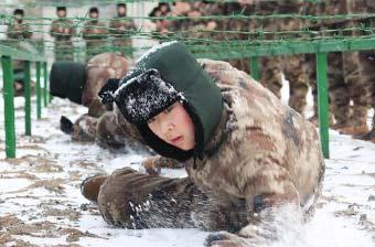 零下20度解放军女兵在雪中匍匐