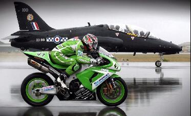 疯狂摩托车与军机拼速度!