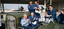 阎肃在空军八一飞行表演队参观