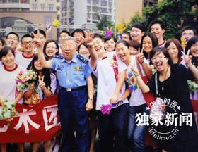 阎肃在和中央财经大学的同学在一起