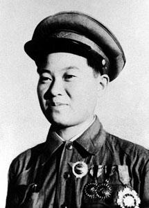 """解放军中""""花木兰"""":扮男五年 被抱急拔刀"""