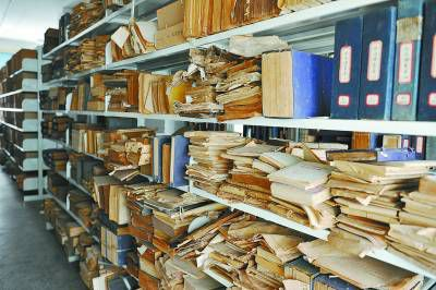 河南图书馆50万册古籍逾半遭损坏 网友感叹不已