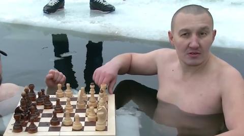 俄罗斯男子不惧严寒 泡冰湖中下国际象棋