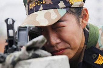 航校军训课女生持95-1步枪打靶