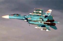 俄军重型战机贴近美国军机展示武器