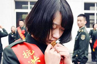 解放军可爱女兵含泪吻别军徽