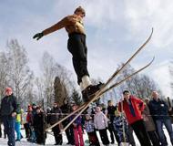 捷克举行传统滑雪赛 选手着传统服饰各显神通