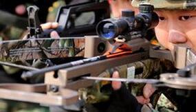 河南武警誓师上合总理会议安保 弓弩配瞄准镜