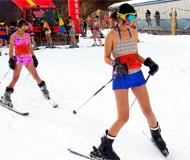 河南比基尼滑雪赛 众美女泳装上阵助冬奥