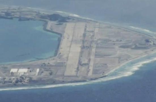 外国记者乘机航拍南海岛礁