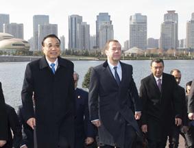 李克强带着多国总理湖畔漫步